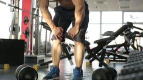 Langsam-MO schoss von rührenden Knien des männlichen Athleten und erlitt die scharfen Schmerz nach Verletzung stock video footage