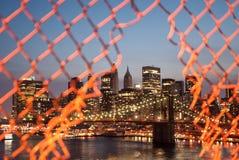 Langsame Belichtung der Brooklyn-Brücke und des im Stadtzentrum gelegenen Manhattans Lizenzfreies Stockfoto
