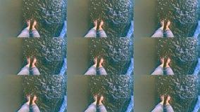 Langsame Bewegung Das Mädchen ist stehendes nahes Meer und Wellen rollen auf ihren Füßen stock video footage