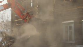 Langsame Bewegung Demolierung des verfallenen alten Hauses Verminderungsgebäude stock footage