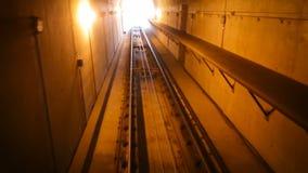 Langsame Bewegung des Autos im Tunnel Stadttransport, das U-Bahnauto fuhr in den Tunnel und bewegte sich auf die Station stock footage