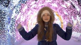 Langsame Bewegung Ein junges Mädchen ist glücklich stock video footage
