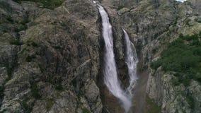 Langsame Bewegung Fliegen weg von Wasserfällen in Georgia in den Bergen stock footage