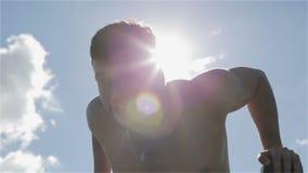Langsame Bewegung Junger Athlet, der am Barren im Sonnengrellen glanz hochdrückt stock video