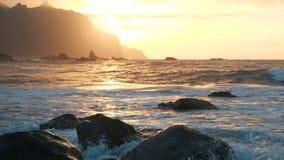 Langsame Bewegung Meereswogen im schönen Sonnenunterganglicht auf Benijo-Strand in Teneriffa, Kanarische Inseln Große Wellen stoß stock footage
