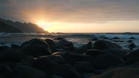 Langsame Bewegung Meereswogen im schönen Sonnenunterganglicht auf Benijo-Strand in Teneriffa, Kanarische Inseln Große Wellen stoß stock video