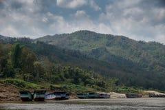 Langsame Boote auf dem Mekong in Laos Stockfotografie