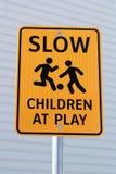 Langsame Kinder am Spiel unterzeichnen herein Gebäudekomplex Stockbilder