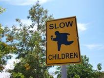 Langsame Kinder am Spielstraßenschild Lizenzfreie Stockfotos