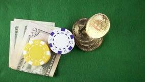 Langsame MO-bitcoins fallen auf dem Tisch mit Draufsicht des Geldes und der Chips stock video footage