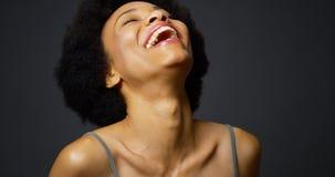 Langsame Wanne herauf die zufällige schwarze lachende und lächelnde Frau Lizenzfreie Stockfotos