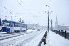 Langsamer Verkehr während des Sturms der starken Schneefälle Stockfotografie