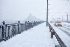 Langsamer Verkehr während des Sturms der starken Schneefälle Lizenzfreie Stockfotos
