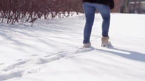 Langsames Gehen auf den Schnee an einem sonnigen Tag stock video