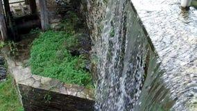 Langsames Gehen entlang den Kanal, den Wasserfall und den Fluss in Taramundi-Mühlen 14 stock video