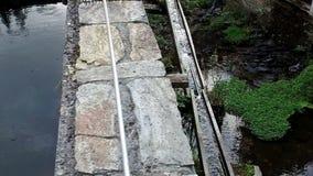 Langsames Gehen entlang den Kanal, den Wasserfall und den Fluss in Taramundi-Mühlen 13 stock video