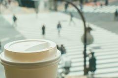 Langsames Leben, Kaffeezeit in der Hauptverkehrszeit von Großstadt, Unschärfe von Leuten Stockfotografie