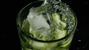 Langsames MO In einem Glas Gurkenwasser gefrieren Fälle stock video