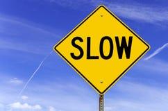 Langsames warnendes Verkehrsschild Stockfotos