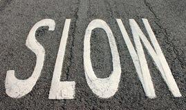 Langsames Zeichen auf der Straße Lizenzfreie Stockfotografie