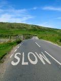 Langsames Zeichen auf einer englischen Straße. Lizenzfreies Stockfoto