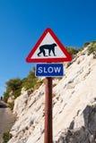 Langsames Zeichen auf Gibraltar, Affewegweiser stockfoto