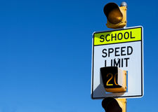 Langsames Zeichen der Schule mit Exemplarplatz lizenzfreie stockfotografie