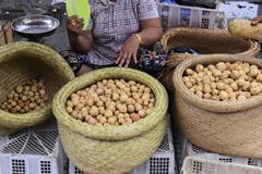 Langsat Lansium domesticum i marknaden royaltyfri foto