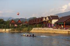 Langschwänziger Bootsausflug im Lied-Fluss Stockfotos