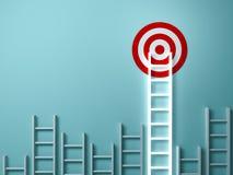 Langste lichte ladder die en hoogte streven aan doeldoel gloeien onder andere korte ladders op groen royalty-vrije stock afbeeldingen