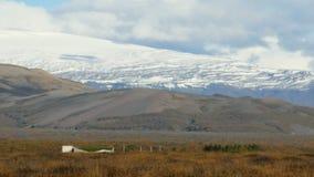 Langue énorme du glacier islandais, de la vieille glace couverte et des cendres, vue par temps ensoleillé de chute banque de vidéos
