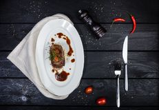 Langue de boeuf avec de la sauce et des tomates à racine de céleri photos stock