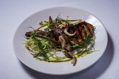 Langue de boeuf grillée avec des champignons d'huître photo stock