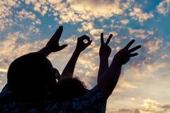 Langue des signes d'amour au temps de coucher du soleil Photos libres de droits