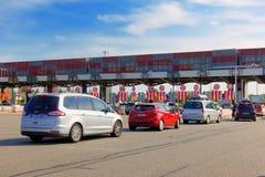 Languedoc Roussillon Francja, Lipiec, - 27 2018: Samochody stać w kolejce przy opłaty drogowej bramą czeka płacić dla podróżować  zdjęcie royalty free