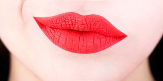 Languettes sexy Lèvre rouge Fermez-vous des lèvres molles dodues sexy avec le rouge à lèvres rouge Concept impeccable de perfecti image libre de droits