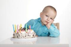 Langweiliger Geburtstag des kleinen Jungen Stockbild