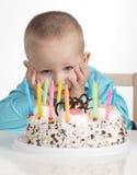 Langweiliger Geburtstag des kleinen Jungen Stockfotografie