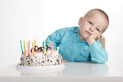 Langweiliger Geburtstag des kleinen Jungen Lizenzfreie Stockfotografie
