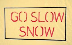 Langzaam-aan- sneeuw en gevaarsvoorzichtigheid stock illustratie