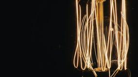 Langzaam aangestoken spiraalvormige gloeilamp Close-up stock footage