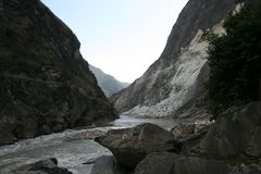 langzaam bewegend water bij de Kloof van de Tijgersprong in Shangri-La China Stock Afbeeldingen