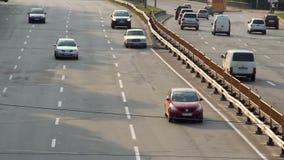 Langzaam de auto'sverkeer van de motie timelapse stad, brede wegvoertuigen, dag stock video