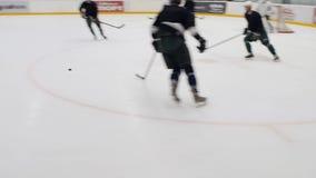 Langzaam de Spelersspel van het Motiehockey op Piste in Complexe Sport stock footage