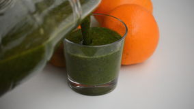 Langzaam het Gieten Groene Smoothie in Glas stock footage