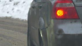 Langzaam intens verkeer op smerige de winterdag stock videobeelden