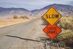 Langzaam Los Grintteken langs Landelijke Weg stock foto's