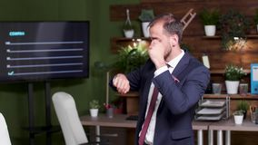 Langzaam motie handbediend schot van zakenman het dansen stock videobeelden