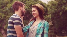 In langzaam motie jong paar die bij elkaar glimlachen stock videobeelden