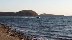 Langzaam motie overzees landschap met een boot die zich op het overzees bewegen stock video